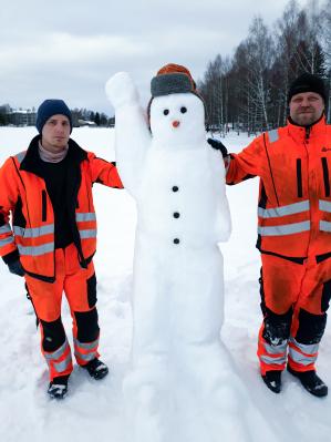 Rovaniemelläkin lahjoitettiin Ystävänpäivänä lumiukko