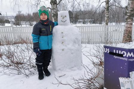Eelis vastaanotti Jyväskylän Ladun päiväkoti Arkki-Parkille lahjoittaman ukon. Kuva: Mauri Pitkänen
