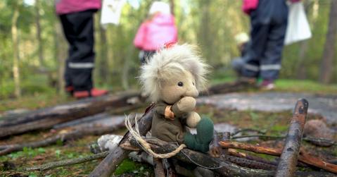 Metsämörri käsinukke ja lapset taustalla